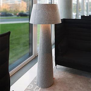 Imposante LED-Stehleuchte Alice XL aus grauem Filz