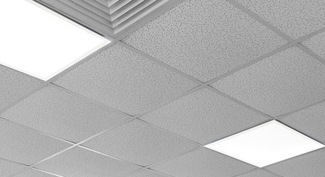 An der Decke montierte LED-Panels