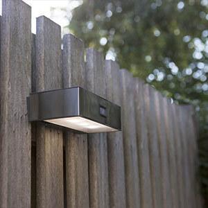Solarbetriebene LED-Sensor-Außenwandleuchte Brick