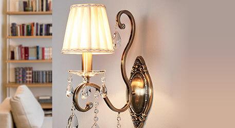 Wandlampe Estelle mit Schirm aus plissiertem Satin