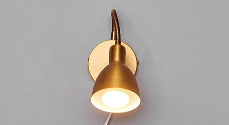 Amrei - bewegliche Wandlampe in Altmessing